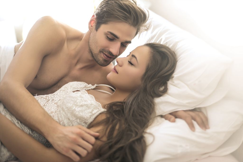 Первый секс с девственницей в романтической обстановке видео